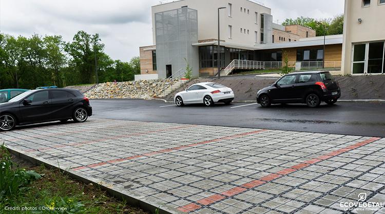 Lycée de MAYENNE (53). Places de parking drainantes et sans entretien grâce au système ECOVEGETAL PAVÉ.