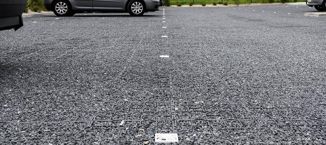 parking perméable minéral avec des plots de marquage