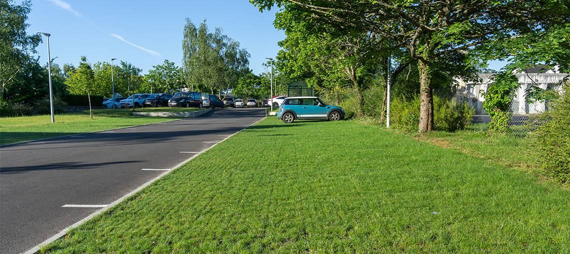 parking perméable et engazonné à usage modéré
