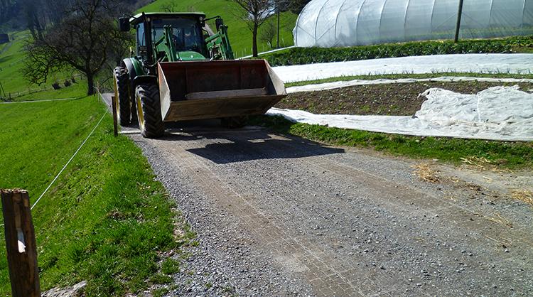 Astuce : pour une solution plus économique, il est possible de stabiliser uniquement le passage de roue des engins et non pas toute la largeur du chemin.