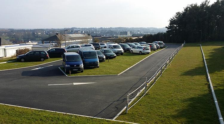 Lycée de LAMBALLE (22). Parking drainant engazonné. Un espace végétalisé pour descendre de sa voiture les pieds au sec.